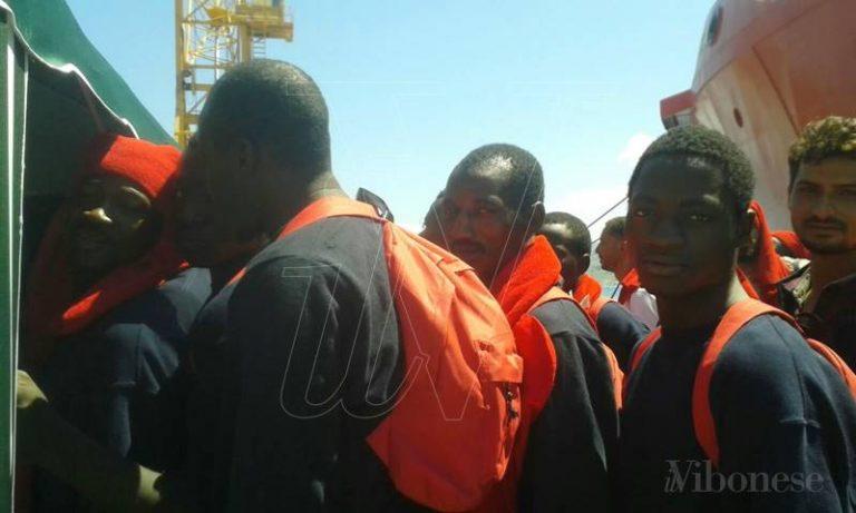 Nuovo approdo a Vibo Marina, dalla Vos Hestia sbarcano 587 migranti (VIDEO)