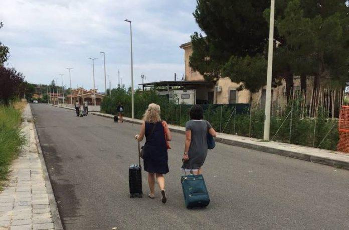 Turisti a piedi verso la stazione di Vibo Marina