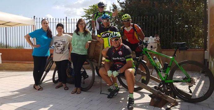 Escursionisti in bici recuperano portafoglio rubato e lo restituiscono alla proprietaria