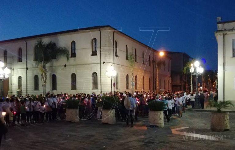 Mileto, fiaccolata per il ripristino del decreto di Religione alla Fondazione di Natuzza (VIDEO)