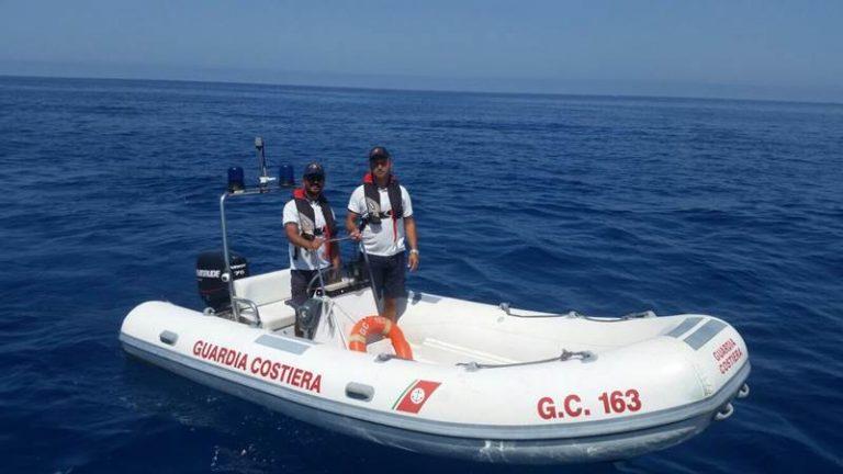 Imbarcazione incastrata a Formicoli, in 8 salvati dagli uomini della Capitaneria