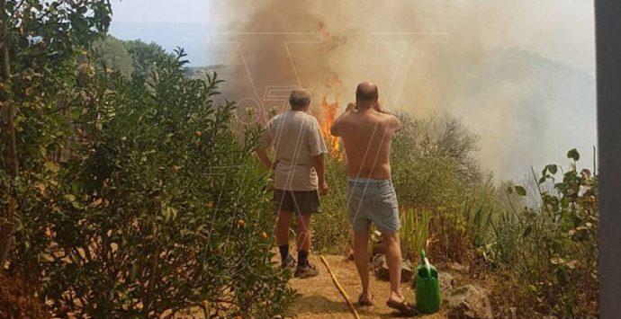 Pauroso incendio a Motta Filocastro, evacuate diverse abitazioni (VIDEO)