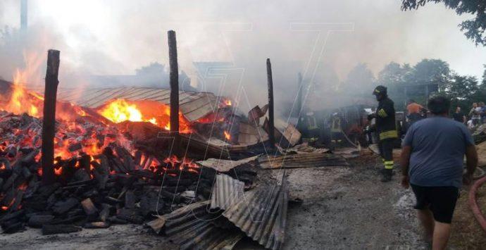 Fienile distrutto da un incendio a San Costantino, i proprietari mettono in salvo gli animali (FOTO)