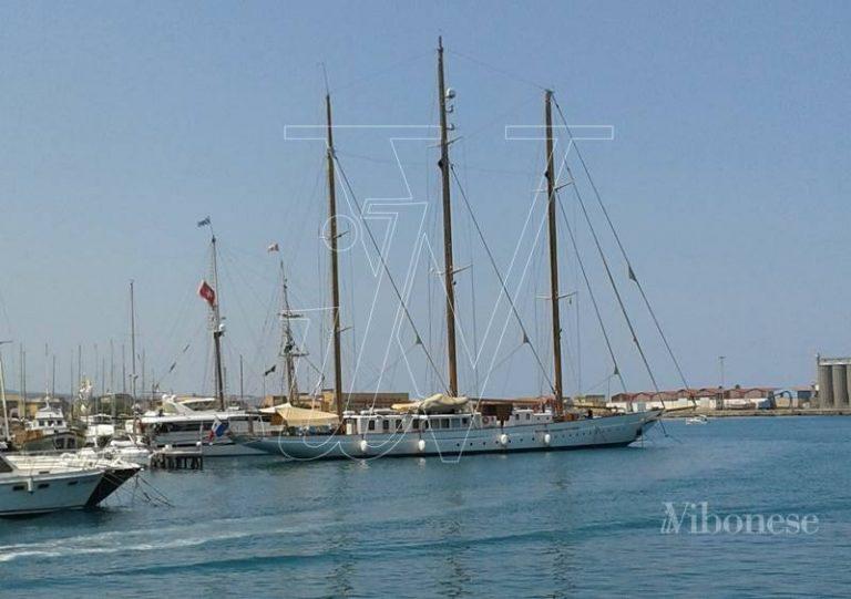 Panfilo a tre alberi mozzafiato arriva nel porto di Vibo Marina