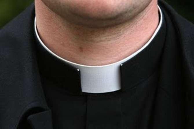 Atti sessuali con minorenni bulgari, arrestato ex parroco del Vibonese