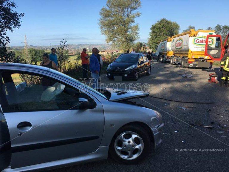 Scontro vettura-autocisterna sulla provinciale per Tropea, un ferito (VIDEO)