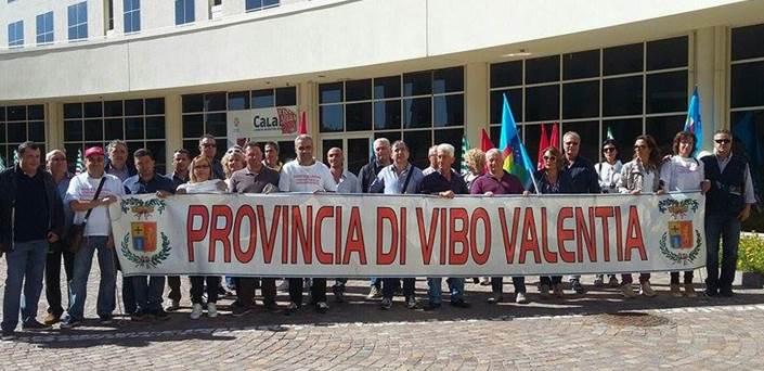 Provincia Vibo: lavoratori senza stipendio, continua la protesta (VIDEO)