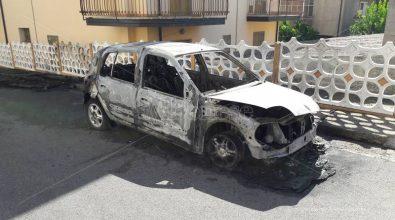 Famiglia nel mirino a San Gregorio: auto bruciate e colpi di pistola contro l'abitazione