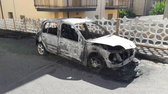 Una delle due auto bruciate a San Gregorio