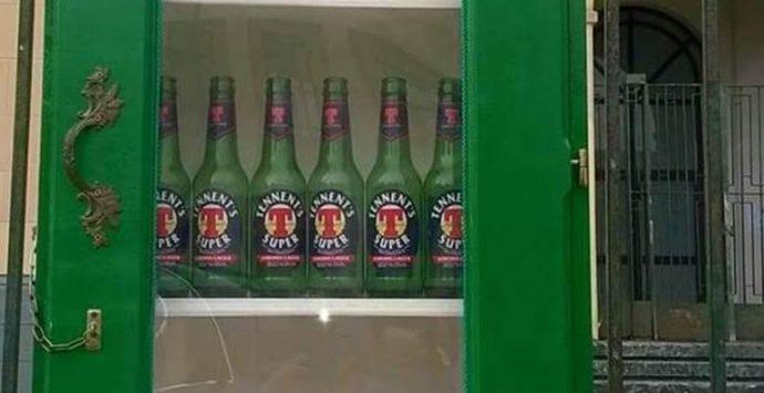 Vibo: bottiglie di birra nelle bacheche installate per lo scambio dei libri