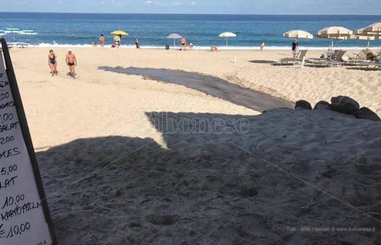 Guasto alla rete fognaria a Zambrone, reflui in spiaggia tra i bagnanti (VIDEO)