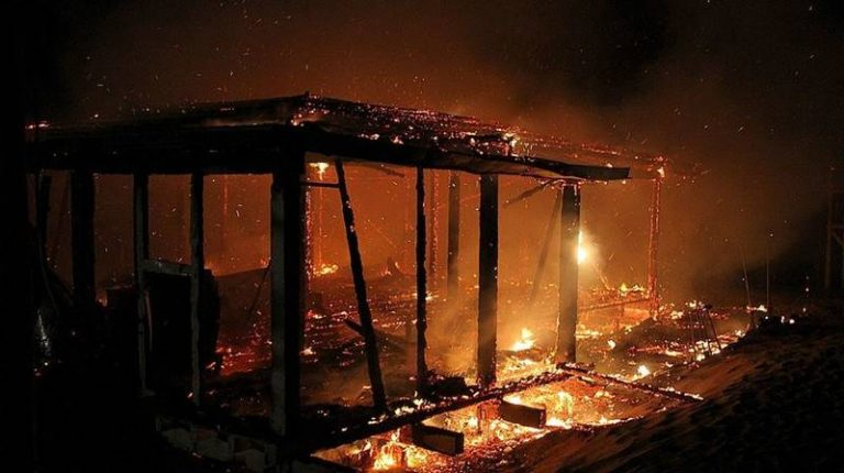 Incendio distrugge un chiosco lungo l'ex Statale 522
