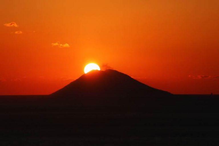 """Il sole che tramonta sullo Stromboli """"Patrimonio Unesco dell'umanità"""""""