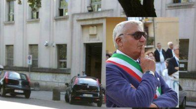 Pugni, calci ed offese al sindaco di Soriano: in due a giudizio