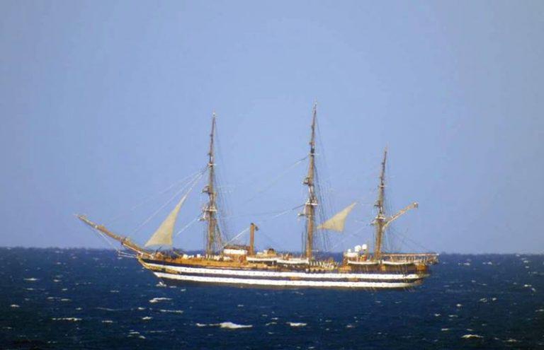 Lo spettacolo del veliero Amerigo Vespucci in transito lungo le coste vibonesi