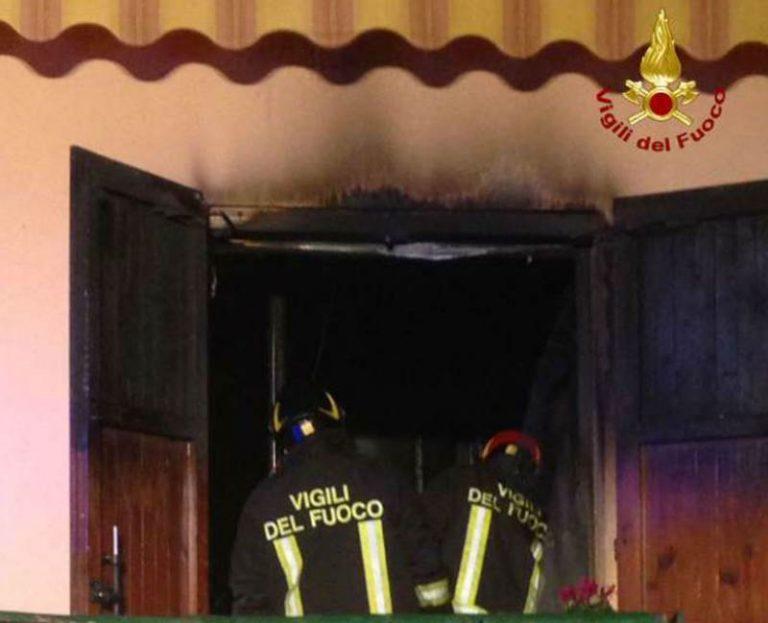Casolare di campagna distrutto da un incendio nelle Preserre vibonesi