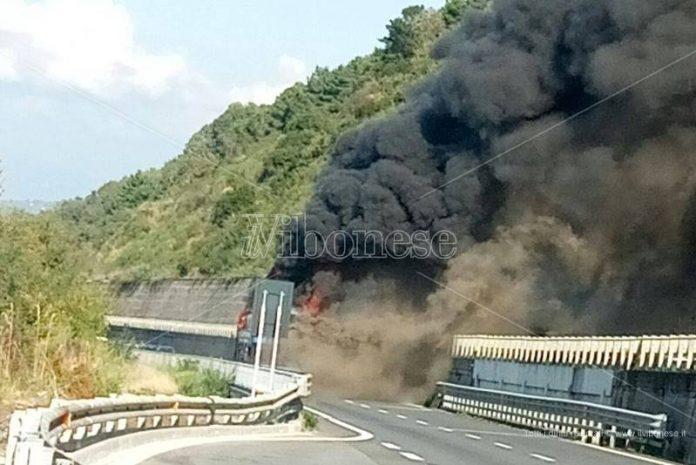 Il mezzo in fiamme sull'A2
