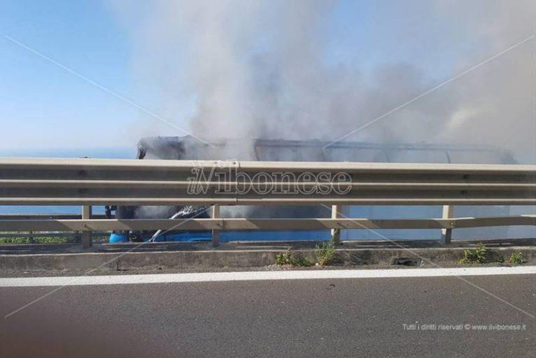 FOTO-VIDEO GALLERY | Autobus in fiamme nel tratto vibonese dell'A2