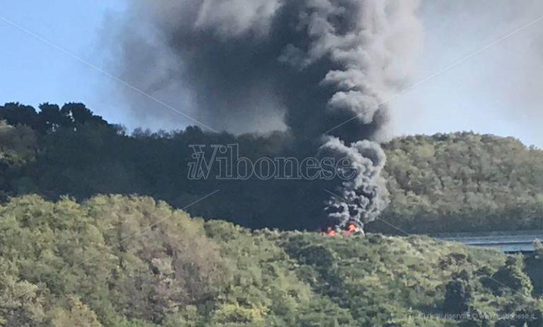 Autobus in fiamme sull'A2 tra Pizzo e Sant'Onofrio, traffico bloccato (VIDEO)