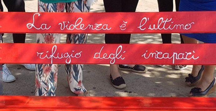 Nicotera: una panchina rossa contro il femminicidio