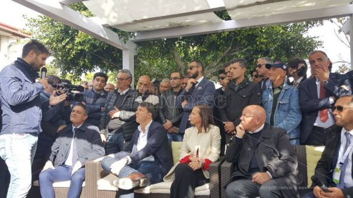 Renzi e il suo seguito a Capo Vaticano
