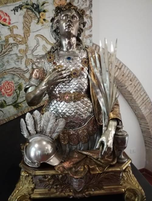 Mileto, l'elmo con piume ritorna sulla statua di San Fortunato Martire