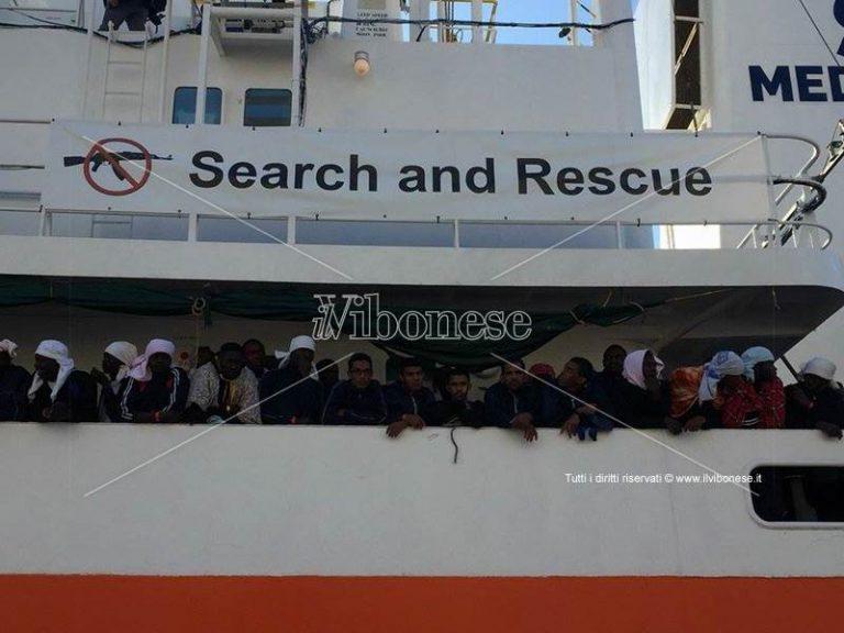 Migranti: arrivata a Vibo Marina la nave Aquarius con 588 persone (VIDEO)