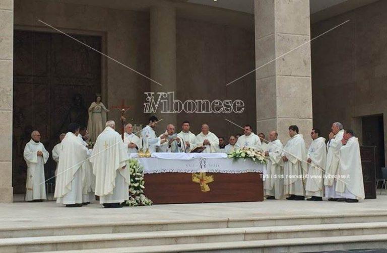 Fondazione di Natuzza: in migliaia a Paravati per l'anniversario dell'arrivo della statua della Vergine (VIDEO)