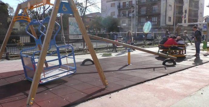 Vibo, l'altalena spezza-gambe terrore dei giardinetti di piazza Annarumma (VIDEO)