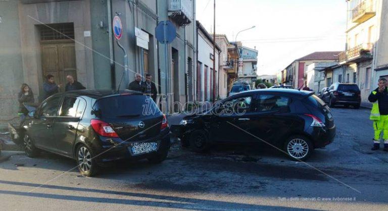 Incidente stradale in pieno centro a Mileto, due feriti trasportati in ospedale (FOTO)