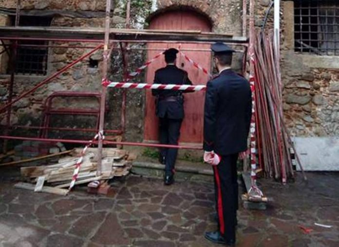 La casa in cui è stata ritrovata la bomba (foto Ansa)