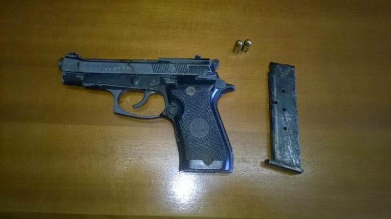 Pistola nella giacca appesa in casa, un arresto nel Vibonese