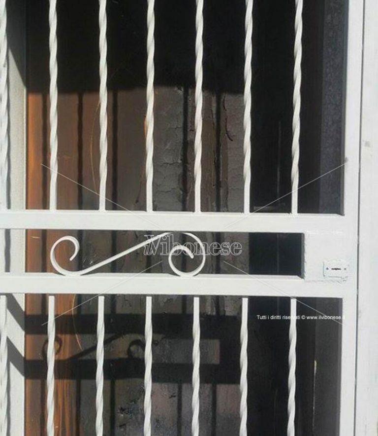 Nuova intimidazione a Caroniti: malviventi tentano di incendiare un portone