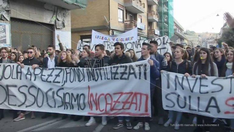 """In piazza contro i """"mali"""" della Scuola, centinaia di studenti vibonesi in corteo (VIDEO)"""