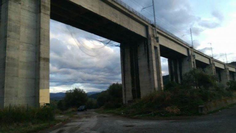Pericolo in un viadotto ferroviario del Vibonese, intervengono i vigili del fuoco