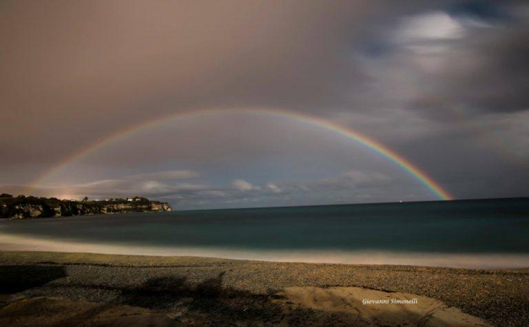 Un raro arcobaleno notturno ha incorniciato Tropea durante la superluna