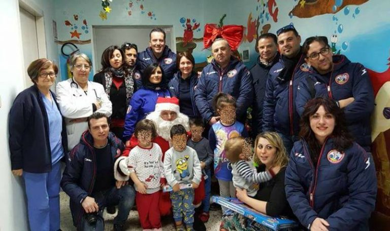 """Il Babbo Natale di Bicinsieme in """"missione"""" nel reparto pediatrico dell'ospedale di Vibo (VIDEO)"""