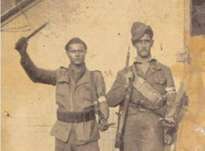 Carmine Fusca (con il pugnale) quando era partigiano