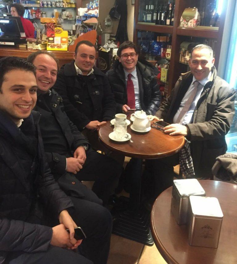 Censore e Luciano replicano con una foto alle dichiarazioni di Mangialavori: «Stai sereno, noi ci beviamo un tè»