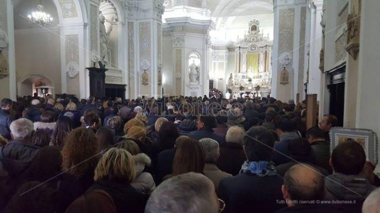 Migliaia di persone al funerale di Gabriella in un clima di dolore e incredulità (VIDEO)