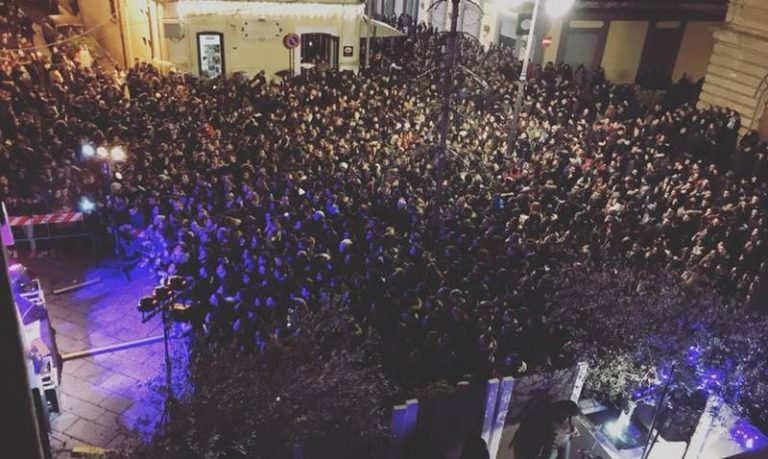 Tripudio di folla per Eman a Vibo, fan in delirio a piazza Garibaldi (VIDEO)