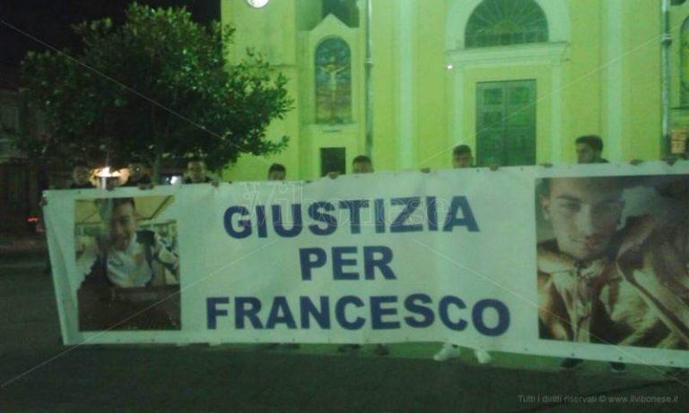 """Mileto in piazza per chiedere """"Giustizia per Francesco"""". Il vescovo Renzo: «Non abbiate paura di parlare»"""