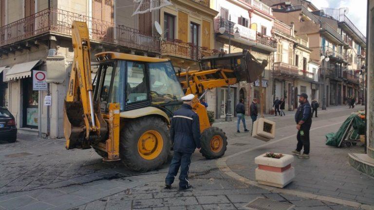 Il Comune di Vibo rimuove i pozzetti fognari usati come blocchi anti-terrorismo