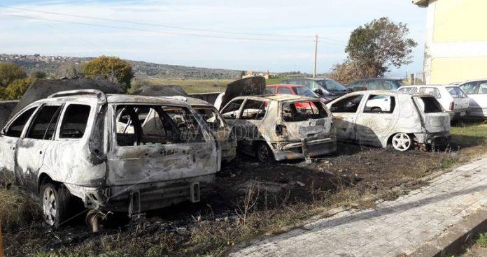 La auto bruciate a Papaglionti