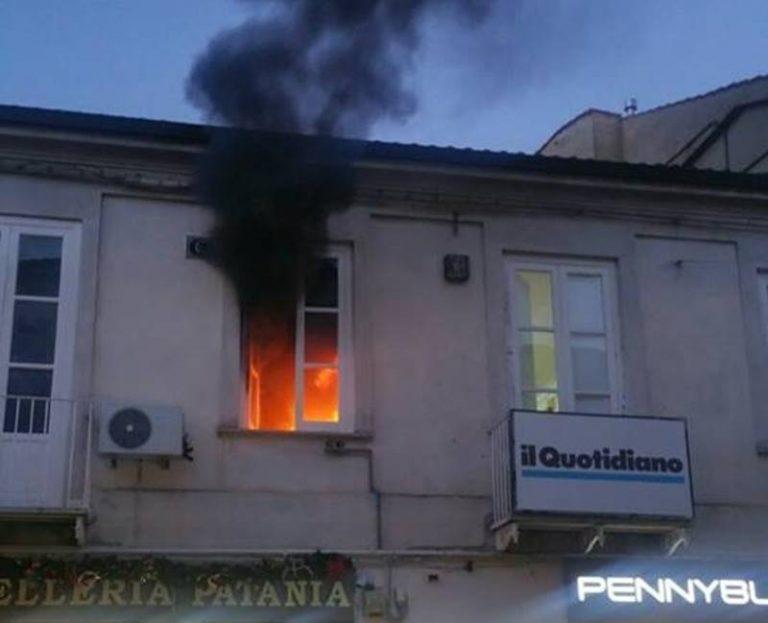 Panico in pieno centro a Vibo, ufficio avvolto dalle fiamme (VIDEO)