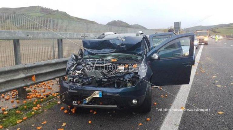 Incidente in autostrada, due feriti e carico di arance sulla carreggiata