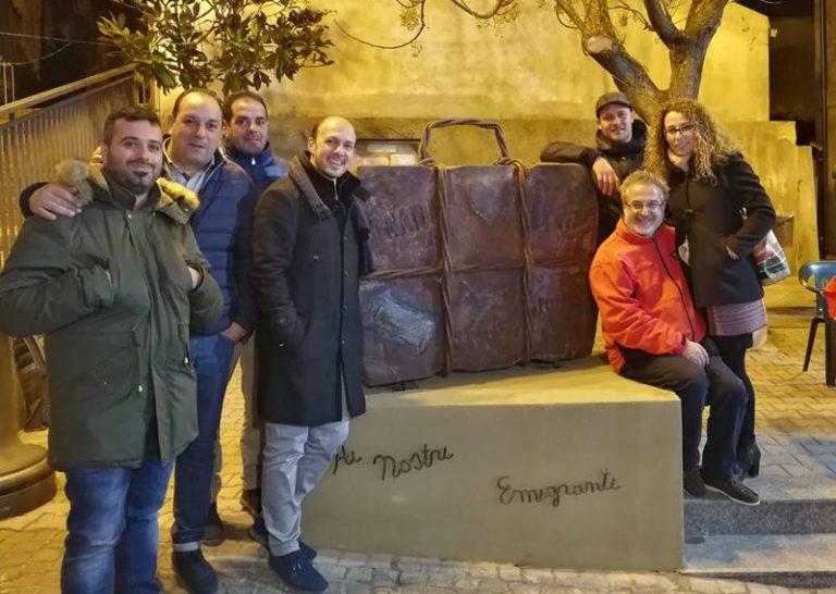 """A Maierato un monumento ricorda i concittadini sparsi nel mondo, inaugurata """"La valigia dell'emigrante"""""""