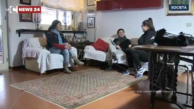 Pizzo, la casa è tra i beni pignorati all'ex marito: famiglia sfrattata (VIDEO)