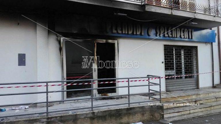 Bomba nella notte a Nicotera, distrutto negozio Splendidi e Splendenti (FOTO/VIDEO)