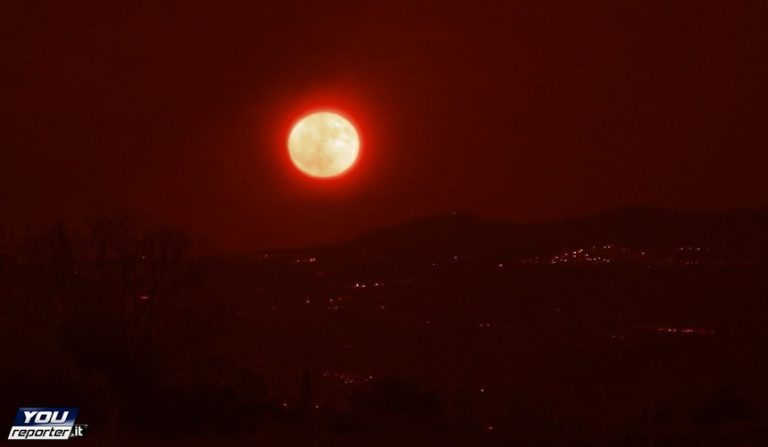 La superluna sorge su Briatico, spettacolo della natura